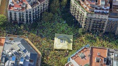Vista aèria de la concentració de l'ANC per la Diada al passeig de Gràcia i Aragó. FERRAN SENDRA