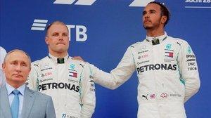 Vladimir Puttin, Valtteri Bottas y Lewis Hamilton, en el p