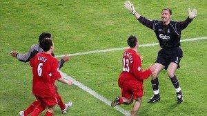Riise y Carragher acuden a felicitar a Dudek, que acaba de detener el penalti decisivo a Shevchenko en la final del 2005.