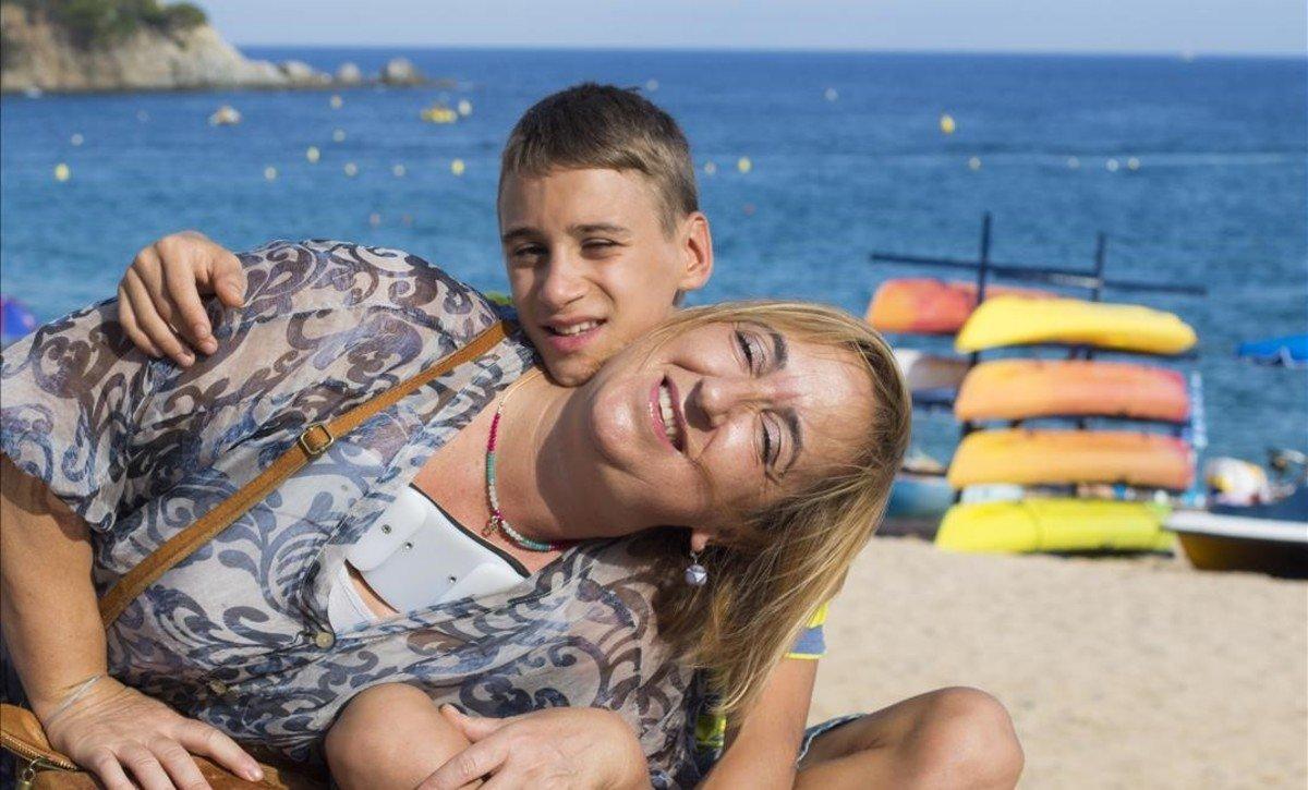 Teresa Núñez y su hijo,. nacido en Ucrania, en la playa de Lloret en el verano del 2015.