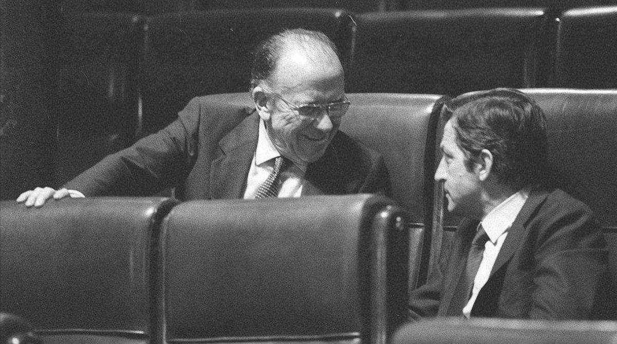 Santiago Carrillo y Adolfo Suárez conversan en el Congreso de los Diputados.