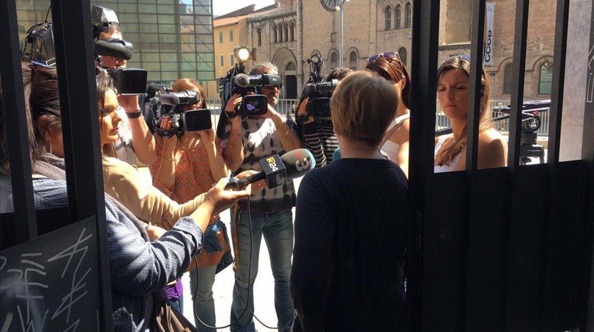 Periodistas de televisión entrevistan a Manuela, una vecina que asegura que la peleas entre la pareja eran continuas.