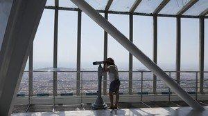 Una visitante observa las vistas panorámicas de Barcelona desde el mirador de la Torre de Collserola.