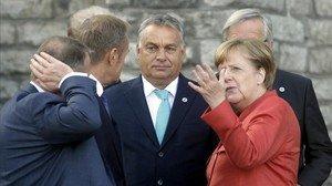La canciller alemana, Angela Merkel, y el primer ministro húngaron, Viktor Orbán, conversa durante una pausa en la cumbre de Tallin.