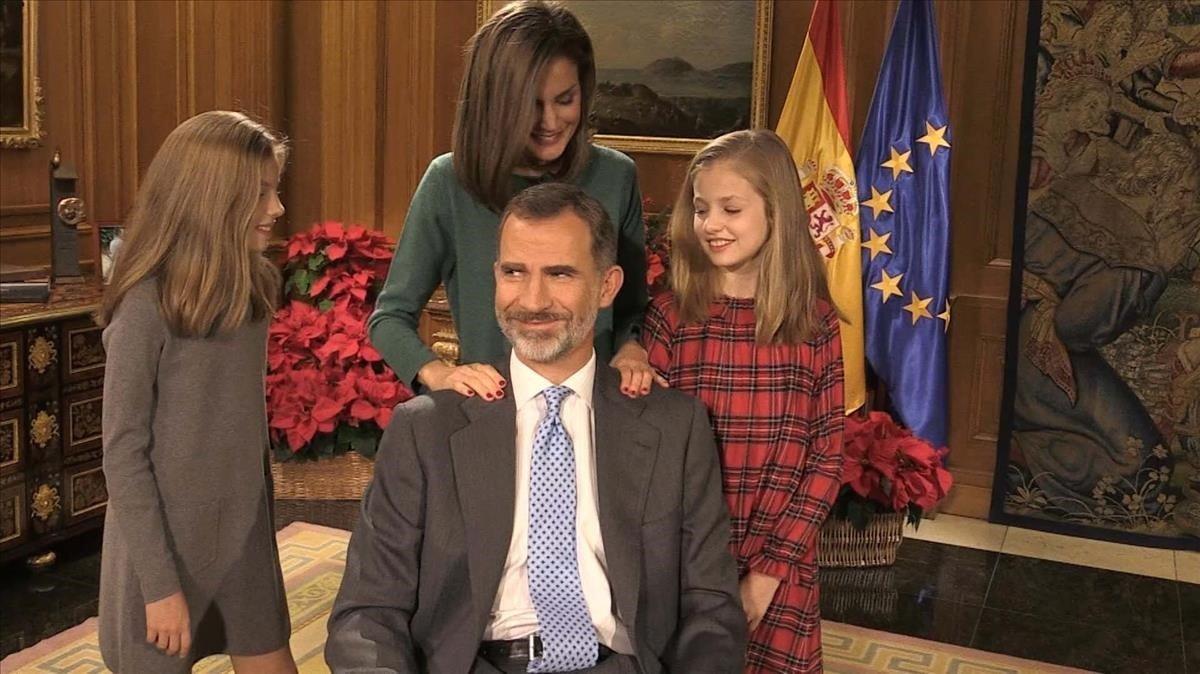 La reina Letizia y sus hijas, Leonor y Sofía, saludan a su padre tras la grabación del mensaje de Nochebuena.