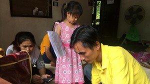 Los padres de uno de los niños atrapados en las cuevas de Chian Raiesperan noticias del rescate, este lunes.