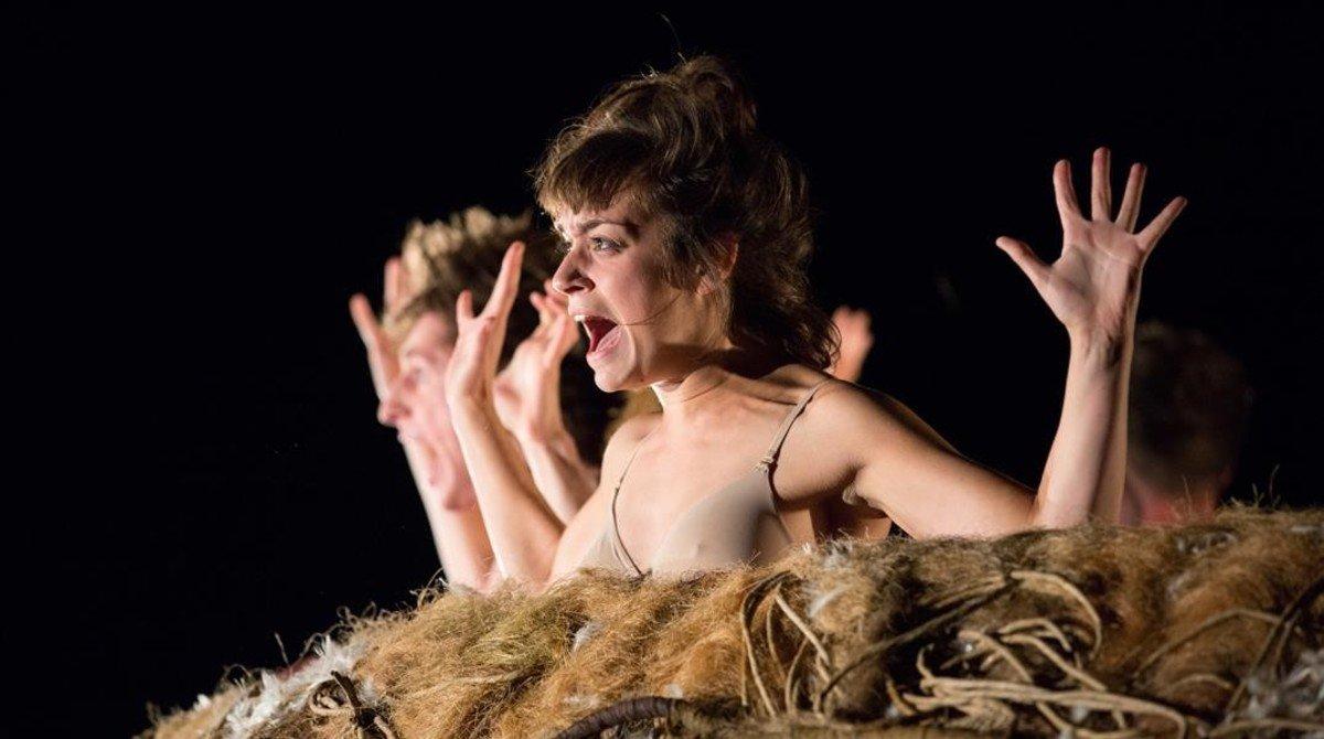 Una escena de Le nid, aclamado espectáculo de la compañía francesa Adhok.