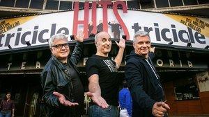 Joan Gràcia (izquierda), Paco Mir (centro) y Carles Sans, frente al Victòria, donde actuarán cinco meses.