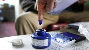 Una mujer afgana se dispone a votar en Jalalabad (Afganistán), durante las elecciones parlamentarias del 20 de octubre del 2018.