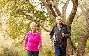 Dos personas mayores haciendo deporte.
