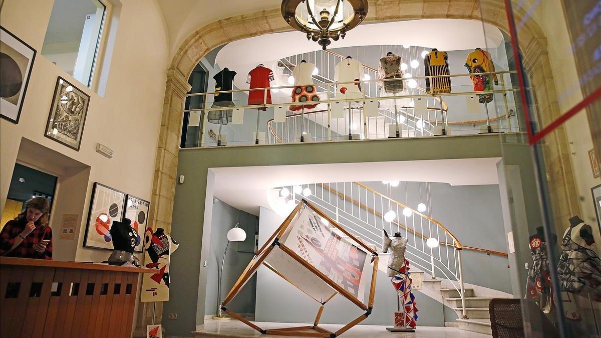 El vestíbulo de Casa Rusia, durante la exposición de moda inspirada en la obra de Ródchenko.