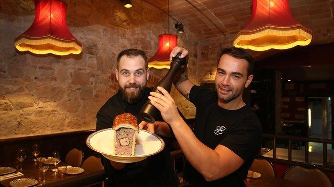 Dany Martín añade pimienta al 'pâté en croûte' que ha preparado Eric Basset en Bistrot Bilou.