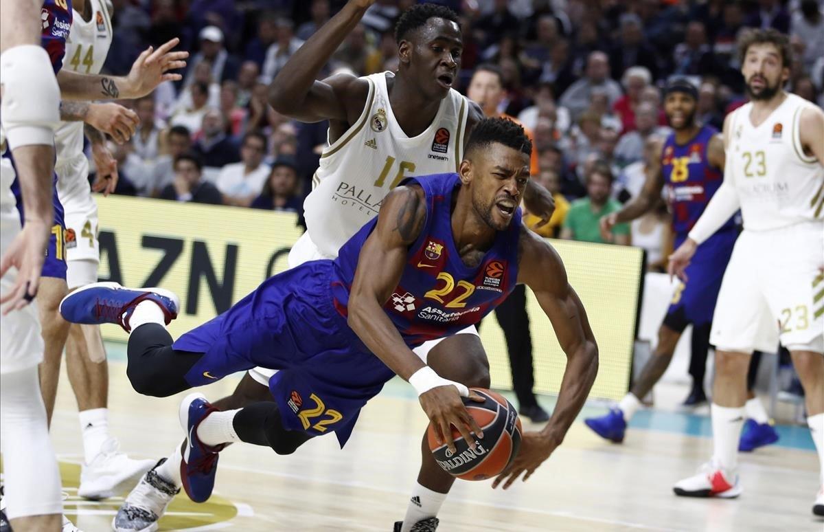 Higgins cae defendido por Garuba en el duelo entre el Madrid y el Barça disputado este jueves.