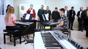 Una delegación de alcaldes brasileños en la escuela de música de L'Hospitalet.