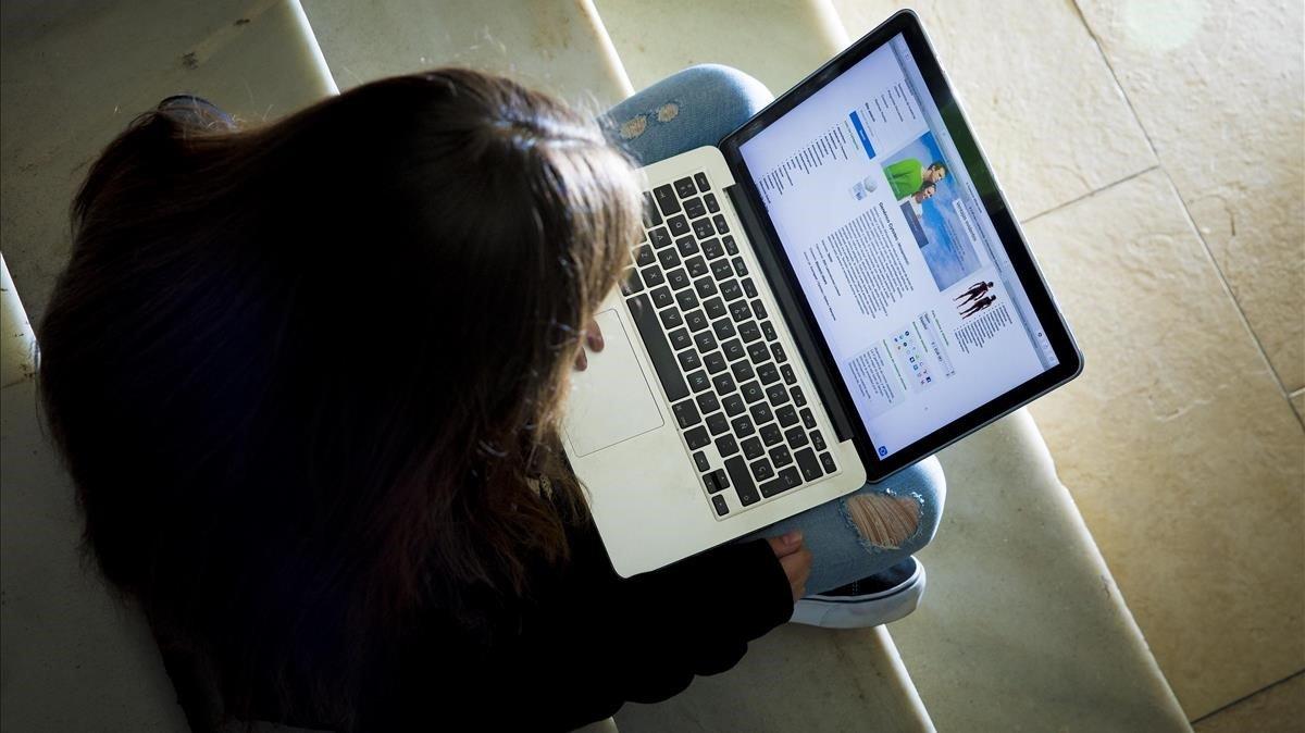 Una joven consulta una web en la que se venden pastillas para abortar.