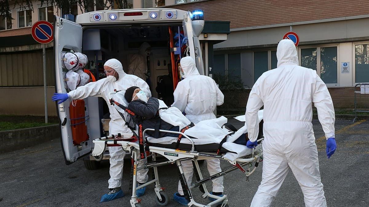 Una ambulancia traslada a afectados a un hospital de Padua en el norte de Italia.