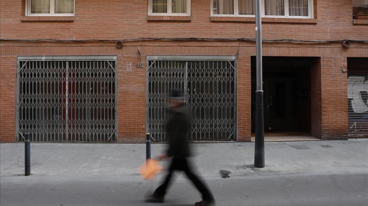 Bajos comerciales ocupados en Sants desde el verano del 2018, con graves problemas de convivencia.