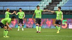 Saludo higiénico. Los jugadores del Jeonbuk Hyundai celebran la victoria con un choque de puños.
