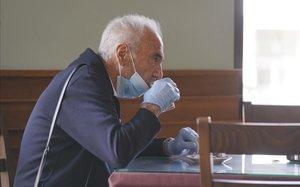 Un cliente toma un café en un bar de Guadalajara que pasa a la fase 1 de la desescalada.