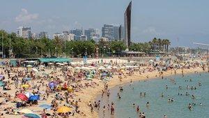 Barcelona torna a tancar sis platges per l'alta concentració de banyistes