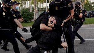 Càrregues policials en una concentració per la sanitat pública a Madrid