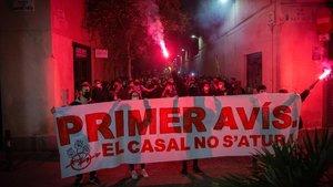 Los manifestantes, accediendo a la plaza de la Vila, este domingo.