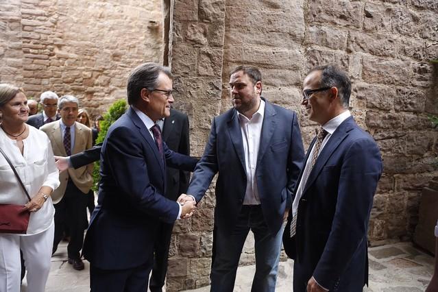 Artur Mas saluda al líder de ERC, Oriol Junqueras, este domingo en Cardona.