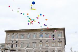 El Papa i un grup de nens deixen anar uns globus com a símbol de pau, aquest diumenge al Vaticà.