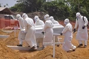 Sanitaris traslladen el cadàver duna víctima dEbola, el març passat, a Monròvia (Libèria).