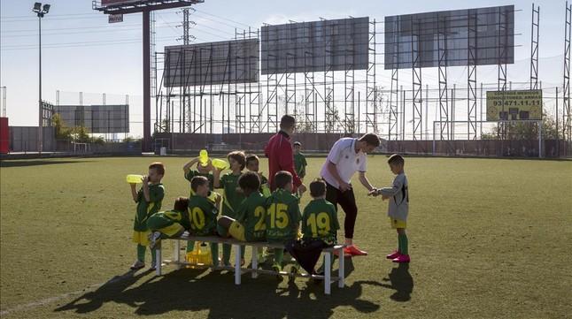 Un momento de un partido de fútbol entre los prebenjamines del Sant Ildefons B y la Penya Recreativa Sant Feliu C.