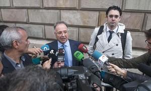 El secretario general del sindicato Manos Limpias, Miguel Bernard, con periodistas, el año pasado.