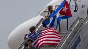 Pasajeros con banderas de EEUU y Cuba en un vuelo llegado al aeropuerto de Santa Clara