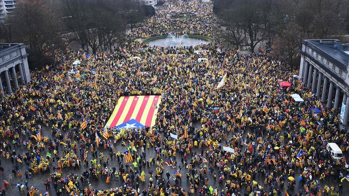 zentauroepp41225248 people wave a giant catalan estelada flag during a pro ind171207111817