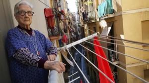 Marina Asensio, en el balcón de su casa, este viernes.