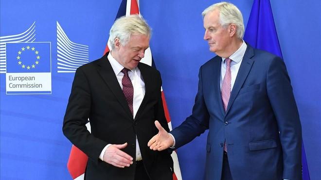 Michel Barnier tiende la mano a David Davis en la sede de la Comisión Europea, en Bruselas