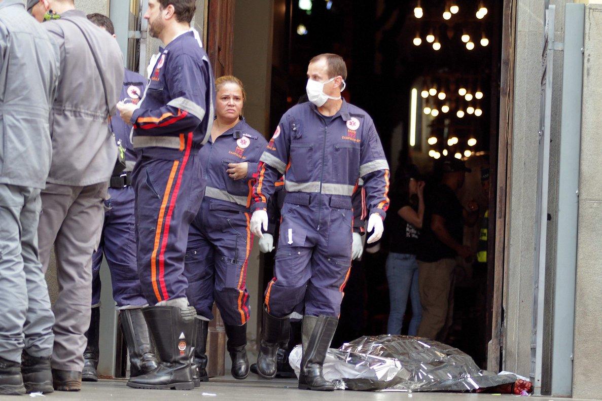 Agentes de policia prestan guardia frente a la Catedral Metropolitana de Campinas tras un tiroteo donde al menos cinco personas murieronentre ellas el autor de los disparosque se suicido.EFE Denny Cesare