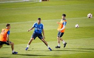 Casemiro (c) ya recuperado de su lesión en el entrenamiento del Madrid en Abu Dabi.
