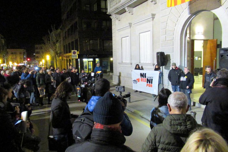 Cremen fotos del Rei a Banyoles per celebrar la sentència d'Estrasburg