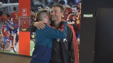 Reencuentro con abrazo entre Jordi Alba y Luis Enrique