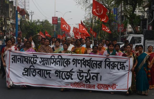 Activistas del Partido Comunista de la India se manifiestan contra la violación de la monja.