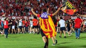 La afición del Mallorca saltó al césped de Son Moix para celebrar el ascenso.