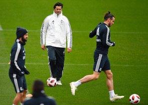 Isco (i) junto a Solari (c) en un entrenamiento del Madrid.