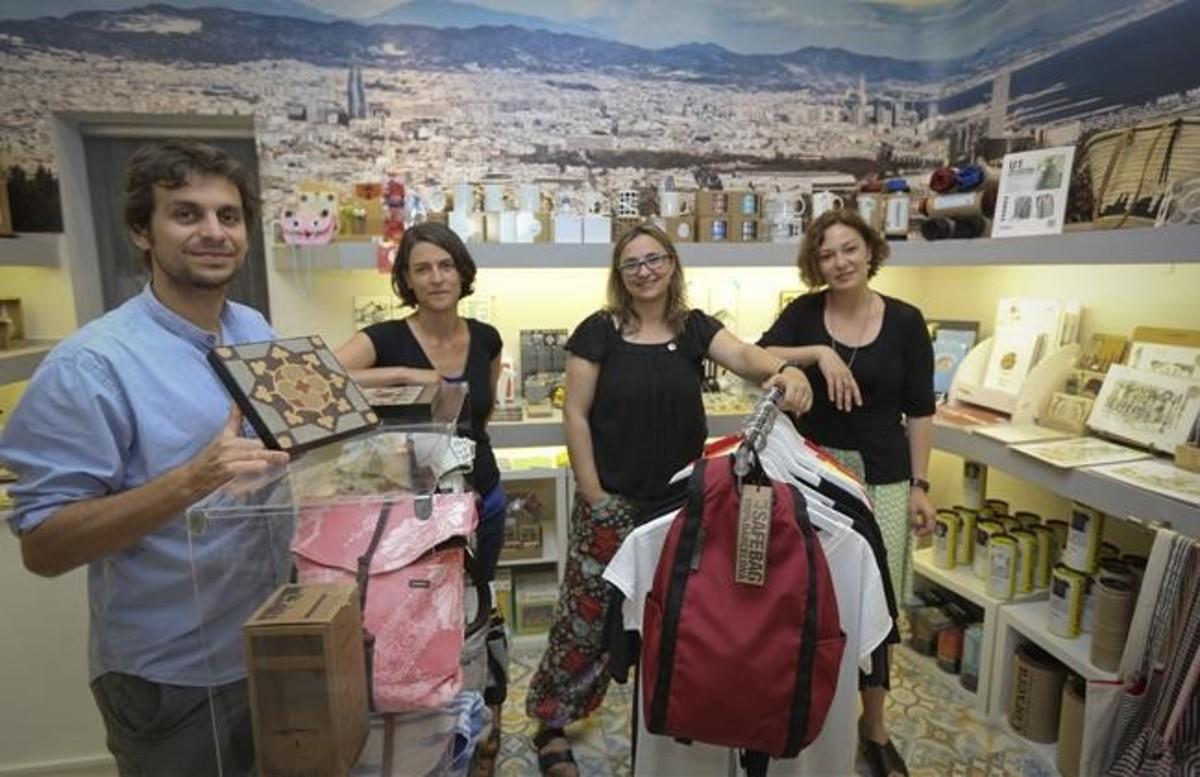 Alberto Twose, Bárbara Glaenzel,Beti Alemany y Maite Guillem en la tienda BdeBarcelona.