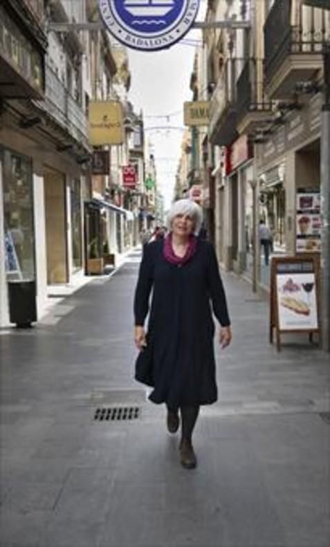 La alcaldesa Dolors Sabater en la calle del Mar de Badalona.