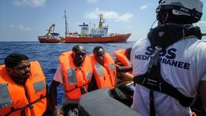El Aquarius sigue en el Mediterráneo a la espera de un puerto.