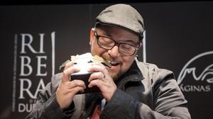 El autor mexicano Antonio Ortuño recibe el V Premio Ribera del Duero de narrativa breve en Madrid.