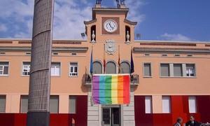 El Ayuntamiento de Santa Coloma de Gramenet con la bandera LGTBI.