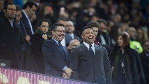 Bartomeu y Ronaldo, en el palco del Camp Nou.