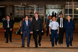 El presidente de Brasil, Jair Bolsonaro con su comitiva de viaje.