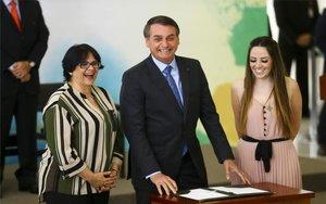 Jair Bolsonaro y la ministra de la Mujer, Familia y Derechos Humanos de Brasil.